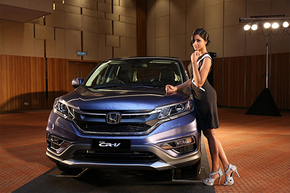The official home of honda malaysia model posing with the new cr v in twilight blue metallic publicscrutiny Image collections
