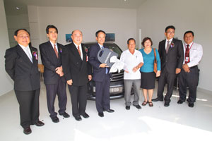 Car Delivery to 1<sup>st</sup>  customer - From Left: Edward Wong, Director of Ban Lee Heng Motor Sdn Bhd, Rohime Shafie, President and COO of Honda Malaysia Sdn Bhd, Johnnie Wong, Managing Director of Ban Lee Heng Motor Sdn Bhd, Toru Takahashi presenting key to Mr. & Mrs Nyon, Sam Wong, Service Manager of Ban Lee Heng Motor Sdn Bhd, How Chee Seng, Sales Advisor of Ban Lee Heng Motor Sdn Bhd.