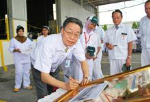 Mr. Masafumi Suzuki, General Manager of Honda Motor Co Ltd Tochigi Plant during the plaque signing.