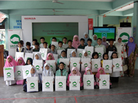 A group photo of students and teachers of SK Rapat Setia.