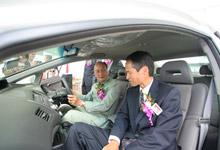 Mr Toru Takahashi explaining the Hybrid technology to Dato' Jacob Dungau Sagan.