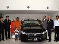 En Azman bin Idris, President & COO of HMSB Mr Atsushi Fujimoto, MD& CEO of HMSB, Mr Lee Kee Hoo, Chairman of Macinda Auto Sdn Bhd & Mr Jonathan Kok, MD of Macinda Auto Sdn Bhd with customers in the fully furnished new Car Delivery Bay.