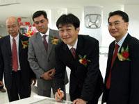 Plaque Signing by Mr Atsushi Fujimoto, MD& CEO of HMSB standing alongside Mr Lee Kee Hoo, Chairman of Macinda Auto Sdn Bhd, En Azman bin Idris, President & COO of HMSB and Mr Jonathan Kok, MD of Macinda Auto Sdn Bhd.