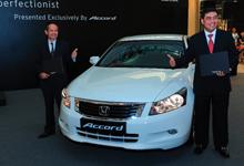 (L-R) Mr. Toru Takahashi and Encik Azman Idris at The Perfectionist launch with the latest added variant Accord 2.0 VTi-L.