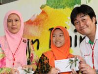 Cik Ruha Hj Jabir, Headmistress of SK Convent, Johor Bahru and Grand Prize Winner, Cik Ungku Farah Wahidah Ungku Ismail.