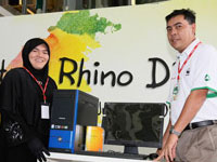 Pn. Nor Saiwati Mohamad, Guru Bimbingan dan Kaunseling of SK Seksyen Bandar Kinrara, School with Most Submission receiving the prize from En. Azman bin Idris, President and COO of Honda Malaysia.
