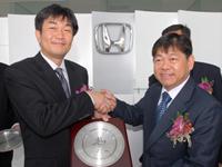 Mr. Atsushi Fujimoto presenting a momento to Mr. Hon Wan Fatt.