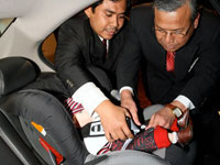 Mohd Fahrurazi showing Dato' Haji Zakaria the fastening of Honda child seat