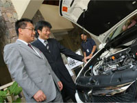 Mr. Fujiwara and Mr. Fujimoto viewing the Stream RSZ's engine.