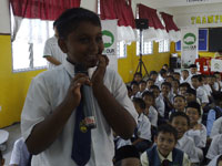 Standard 4 student of Taman Impian Emas trying to answer a Spot Quiz on Environment.