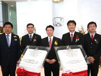 Mr. Ooi Tian Huat, En Azman bin Idris, Yang Berhormat Dato' Nga Kor Ming, Mr Atsushi Fujimoto, and Mr Mak Kam Hong, posed after the plague signing.