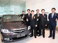 Mr Atsushi Fujimoto, Yang Berhormat Dato' Nga Kor Ming, En Azman bin Idris, Mr Mak Kam Hong and Mr Ooi Tian Huat at the car delivery bay.