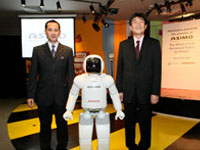 Photo Opportunity of ASIMO with En. Syed Yazrine and Mr Fujimoto.