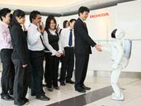ASIMO bids farewell to Mr. Atsushi Fujimoto, MD & CEO of Honda Malaysia and Honda Malaysia associates.