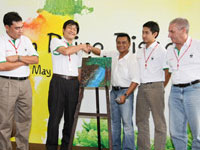 En. Zainal Abidin presenting his masterpiece to Mr. Atsushi Fujimoto, MD & CEO of Honda Malaysia.