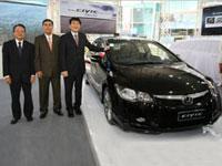 <L-R> The management team of Honda Malaysia - Mr Ikuo Kanazawa, VP, En. Azman Bin Idris, President & COO and Mr Atsushi Fujimoto, MD & CEO with the New Civic.