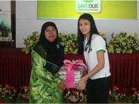 A set of environmental books from Honda Malaysia presented to Pn.Hjh Rohana Bt. Arifin. Principal of SK Jalan Datuk Palembang.