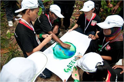 One of the groups creating their group flag using just fingers and given water colour paint.