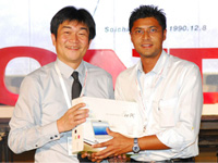 Mr Atsushi Fujimoto presenting the Eee PC to Mr Brian Alexis from Catchacorp.