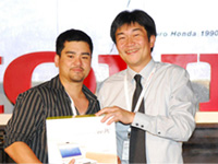 Mr Atsushi Fujimoto presenting the Eee PC to Mr Richard Augustin from New Man.