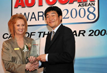 Mr. Atsushi Fujimoto, MD and CEO of Honda Malaysia, receiving the award from Ms. Kate Stearman-Smith, Managing Director of MTM Publications Sdn. Bhd.