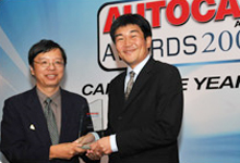 Mr. Atsushi Fujimoto, MD and CEO of Honda Malaysia, receiving the award from Mr. Chips Yap, Associate Editor of Autocar ASEAN.