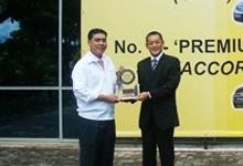 En. Azman Idris, President & COO of HMSB receiving the Best Midsize Car 2008 Award - Honda Civic from Mr.Taku Kimoto, General Manager, JD Power Asia Pacific.