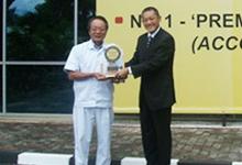 Mr.Ikuo Kanazawa, VP of HMSB receiving the Best Entry Midsize Car 2008 - Honda City from Mr.Taku Kimoto.
