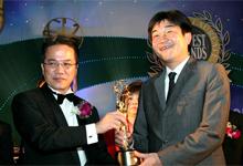 Chief Executive Officer and Managing Director of Honda Malaysia, Mr. Atsushi Fujimoto receiving BrandLaureate Award from Deputy Minister of International Trade and Industry, YB Datuk Liew Vui Keong